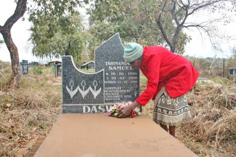 Daswas-mother-by-his-gravesite